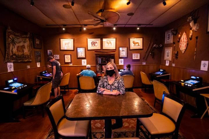 Donna Rocker, propietaria de Black Mountain Grill, posa junto a un salón de juegos en el resta ...