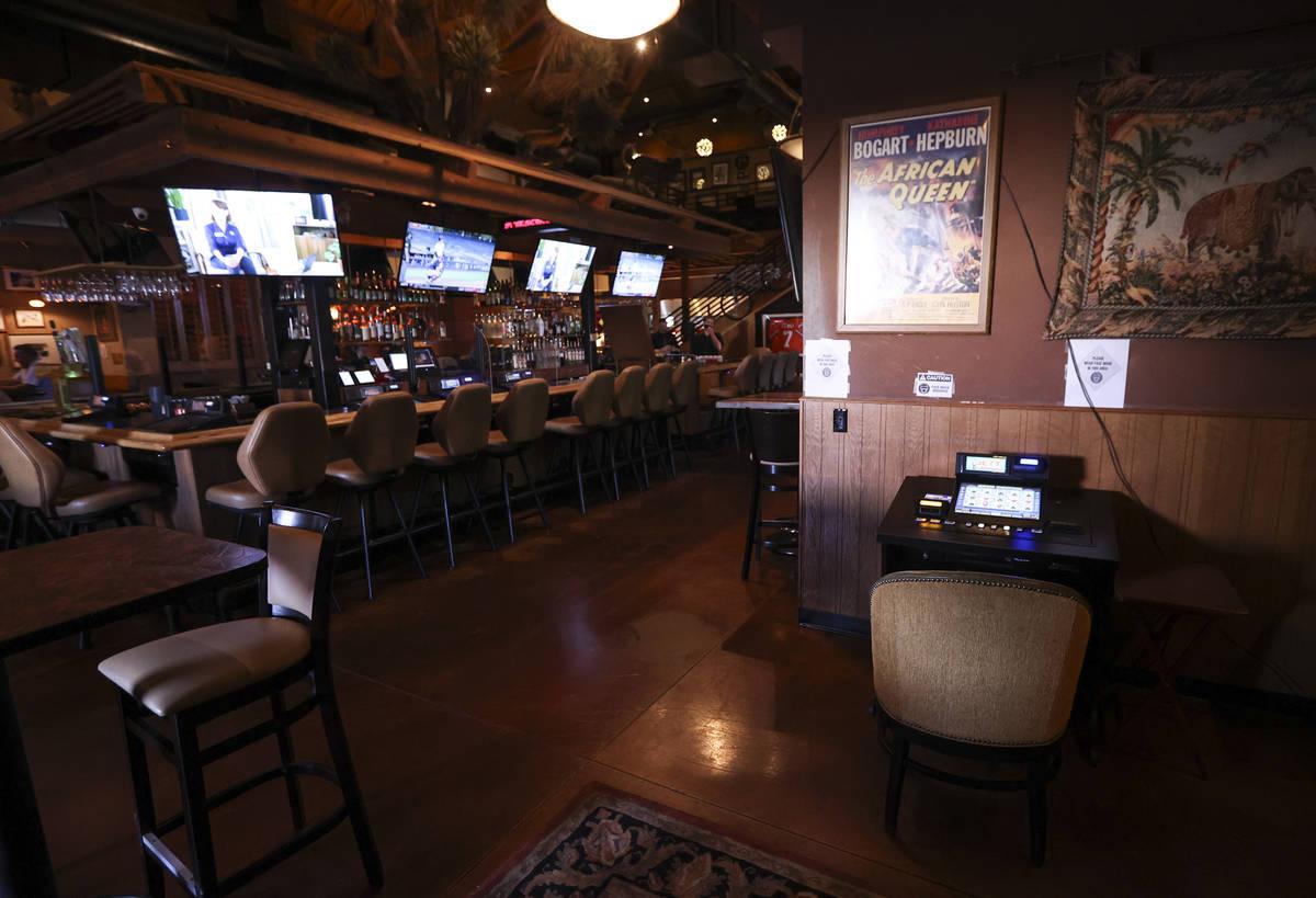 Una máquina de juego que antes estaba en el bar se ve en un área de salón en Black Mountain ...