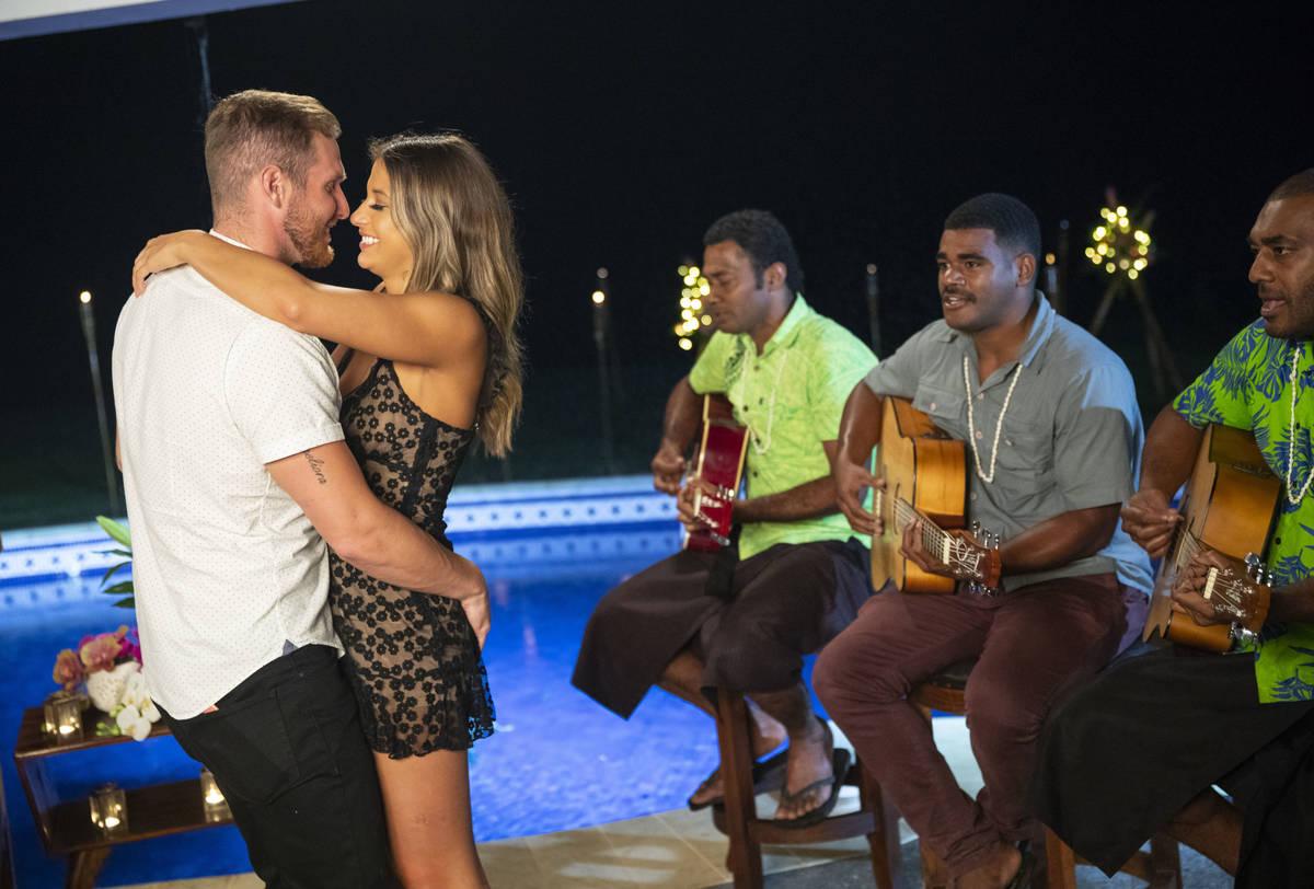 """Weston Richey y Emily Salch bailan durante un episodio de """"Love Island."""" (Colin Young-Wolff/CBS ..."""