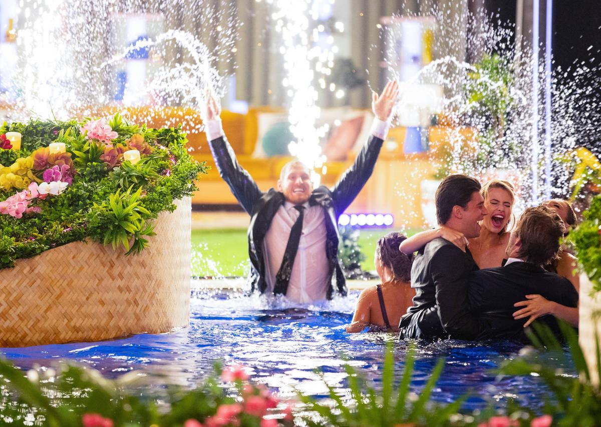 """Miembros del elenco celebran en una piscina durante el episodio final de """"Love Island"""" el 7 de ..."""