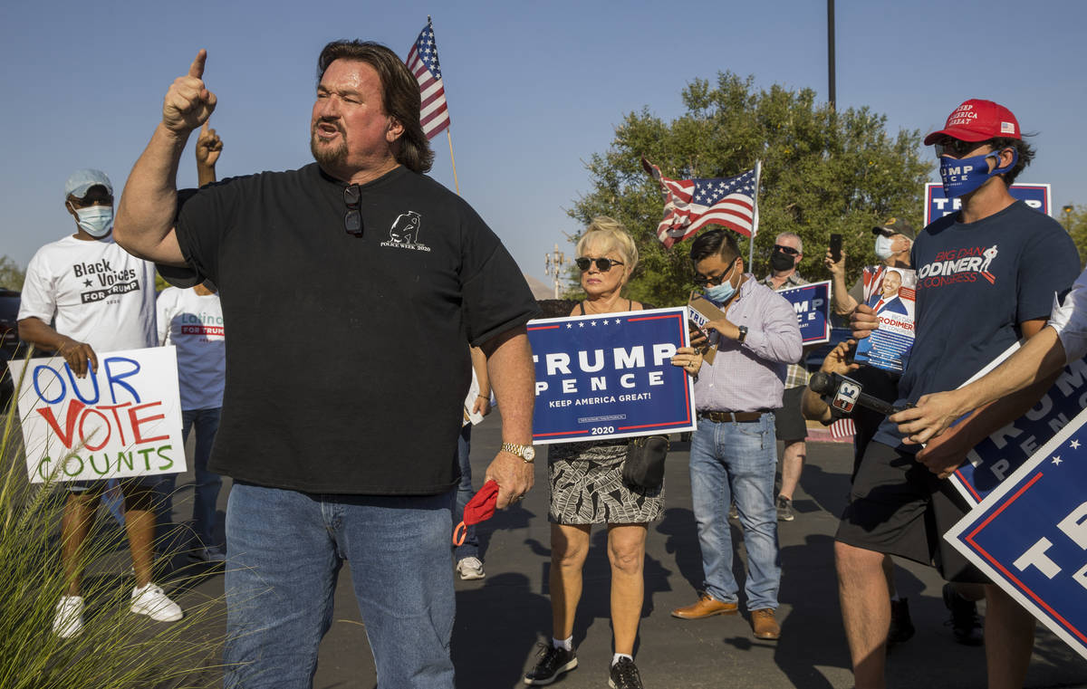 Michael McDonald anima a los manifestantes frente al edificio Grant Sawyer para expresar su opo ...