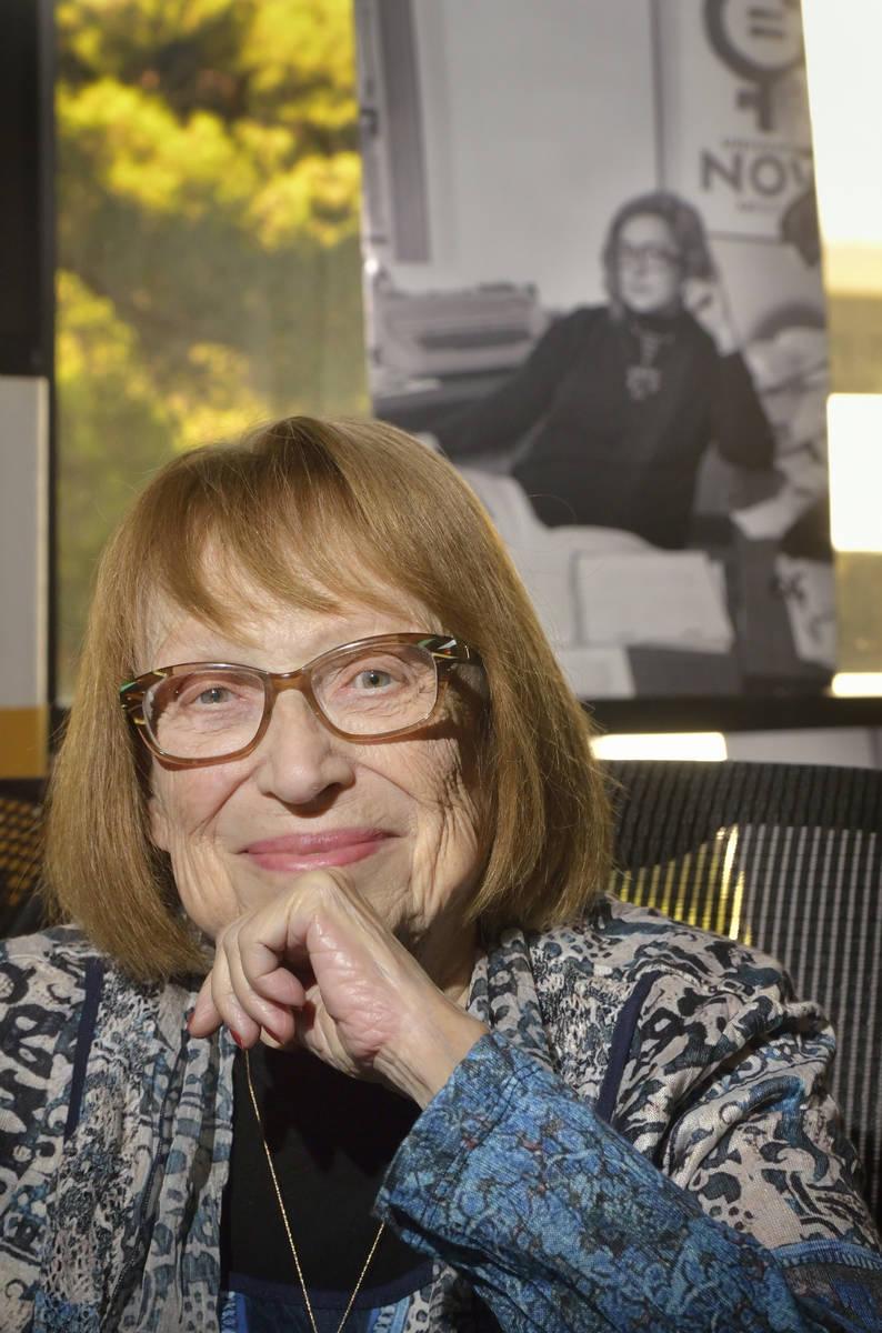 La profesora de inglés Felicia Campbell se presenta en su oficina en el edificio de Literatura ...