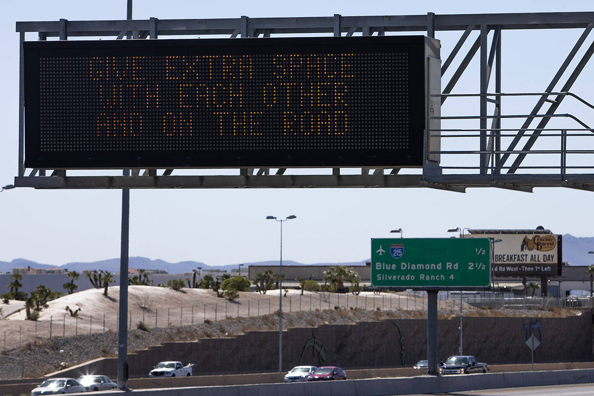 Una señal del Departamento de Transporte de Nevada envía un mensaje de seguridad de tránsito ...