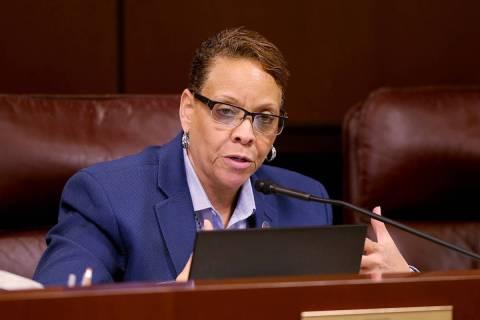 La senadora Pat Spearman, demócrata por North Las Vegas, hace una pregunta durante una reunió ...