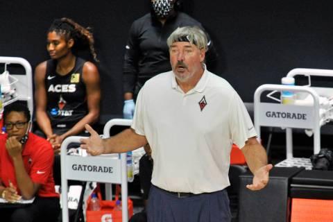 El entrenador de las Aces de Las Vegas, Bill Laimbeer, cuestiona una penalización durante la p ...
