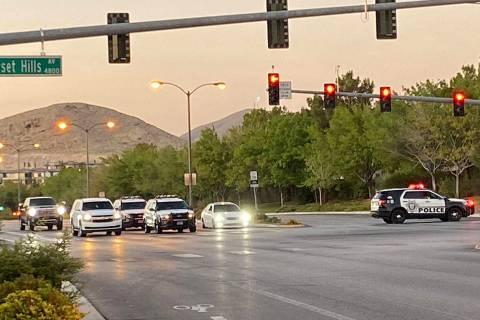 La policía responde a una situación de barricada en el suroeste del Valle de Las Vegas el jue ...