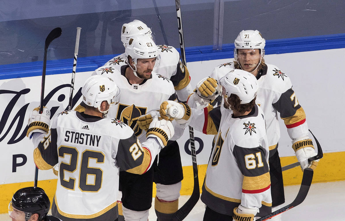 Los Golden Knights celebran un gol durante el segundo tiempo de un partido de hockey de la NHL ...