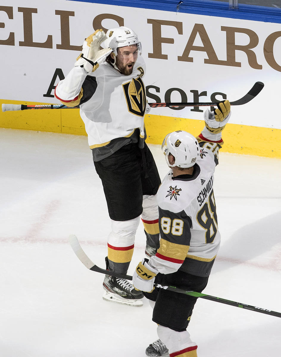 Mark Stone (61) y Nate Schmidt (88) de los Golden Knights de las Vegas, celebran un gol contra ...