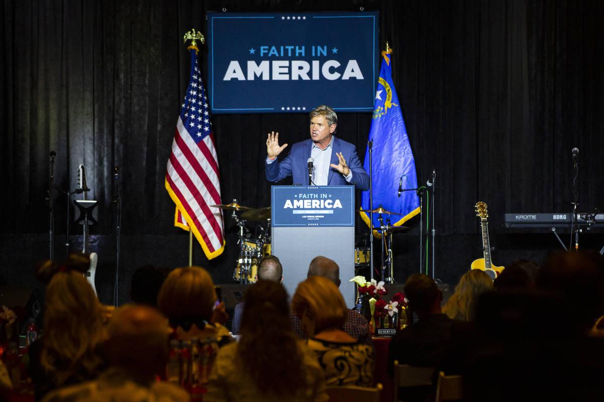 """El pastor Jack Hibbs, de Calvary Chapel Chino Hills, habla durante un evento de la campaña """" ..."""