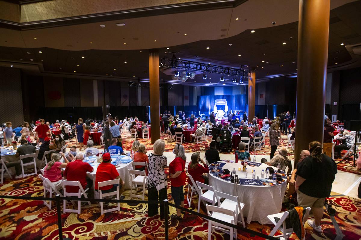 """Gente se reúne antes del comienzo del evento de la campaña """"Evangelicals for Trump"""" en el Hot ..."""