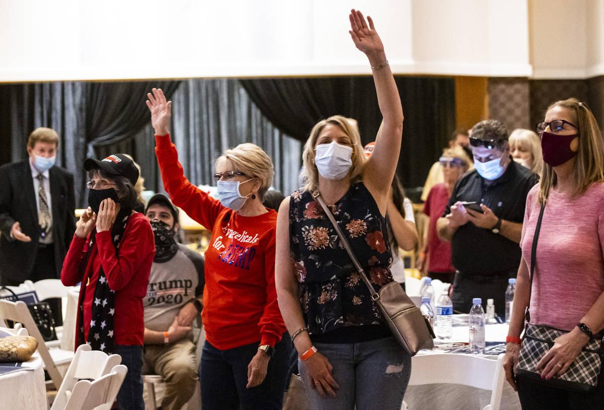 """Gente cantando durante un evento de la campaña """"Evangelicals for Trump"""" en el Hotel Ahern de ..."""