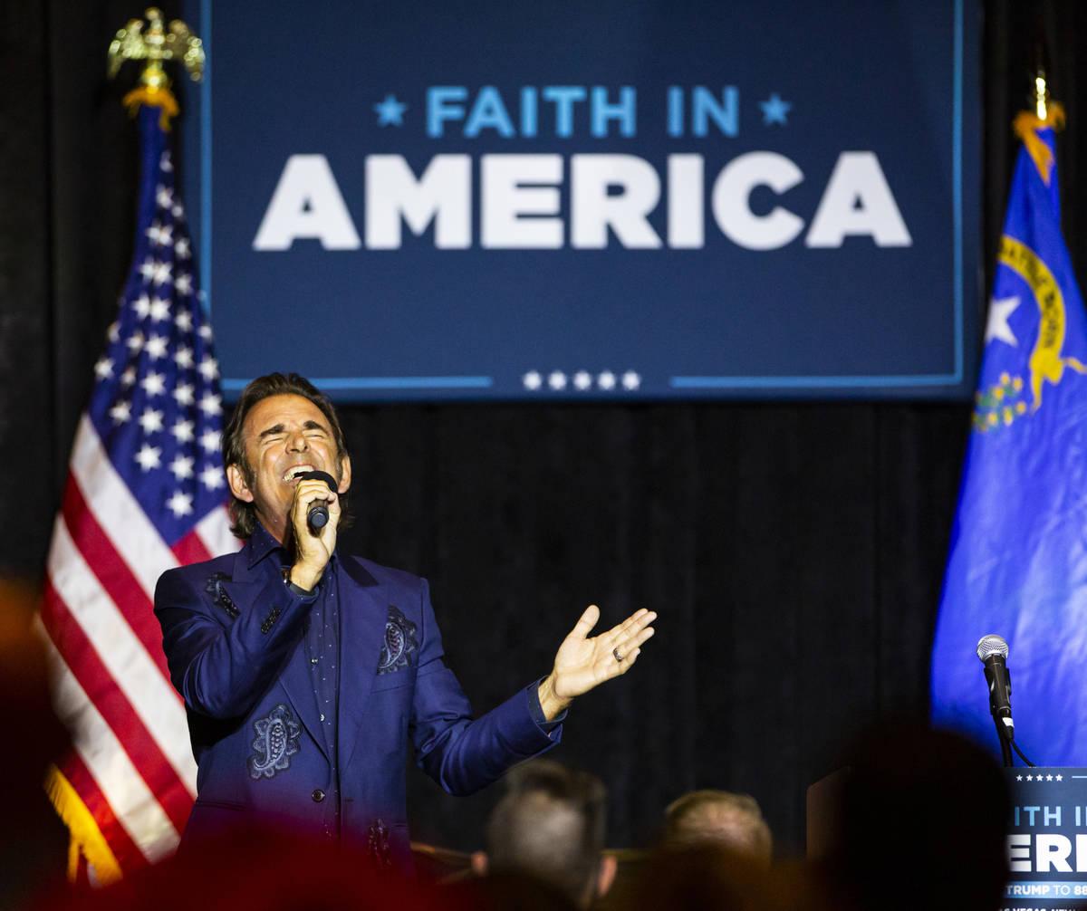 """Jonathan Cain, de Journey, canta durante un evento de la campaña """"Evangelicals for Trump"""" en ..."""