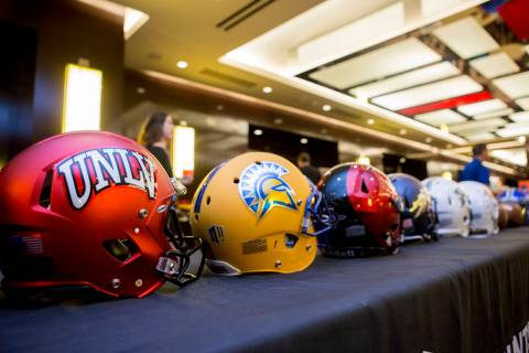 Cascos representando a los equipos de la división Mountain West en la Mountain West Football M ...