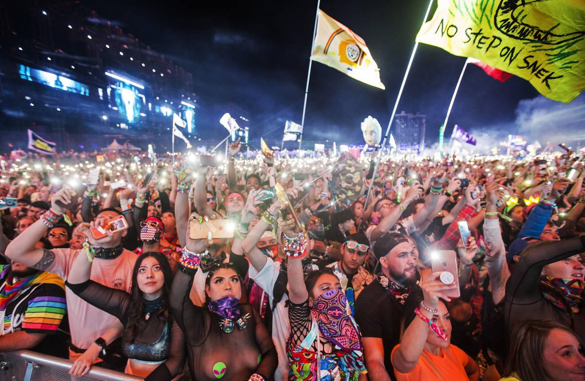 Un mar de asistentes al concierto bailan durante la presentación de SAYMYNAME en el escenario ...