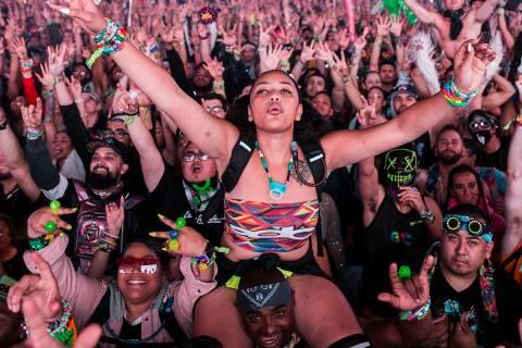 Los asistentes al concierto aclaman a Steve Aoki durante su presentación en el escenario Circu ...