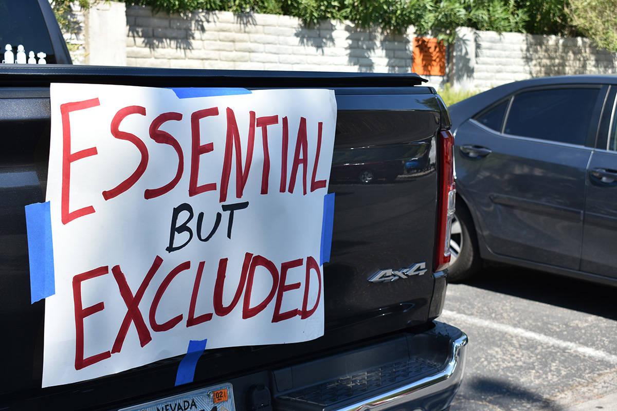 Los vehículos fueron decorados con pancartas que mostraron las peticiones de los trabajadores ...