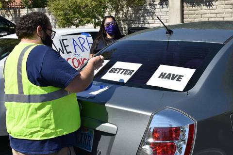 Integrantes de Make The Road Nevada decoraron vehículos y organizaron una caravana a favor de ...
