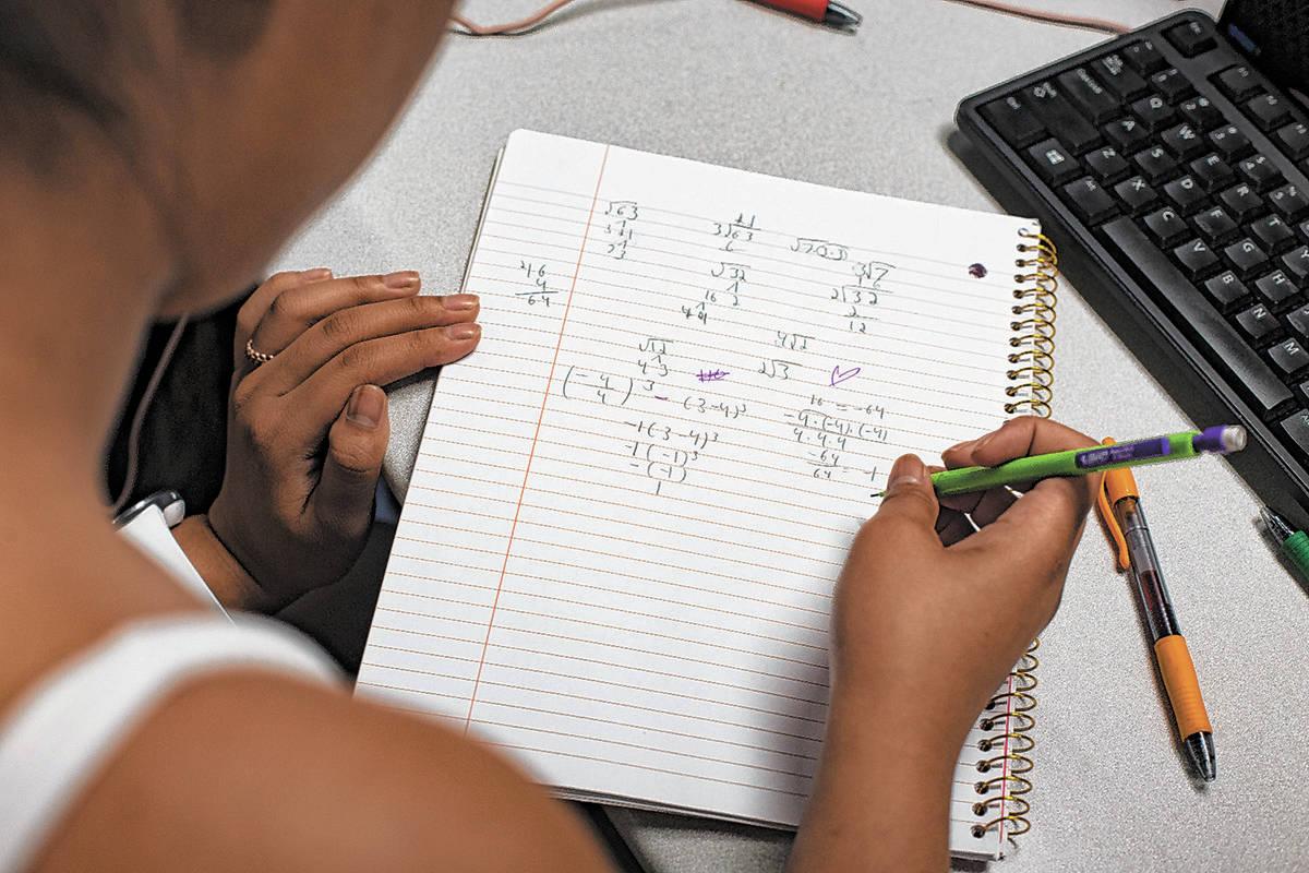 En esta foto de archivo, Samantha Kabiling trabaja en una ecuación en la clase Math Bridge en ...