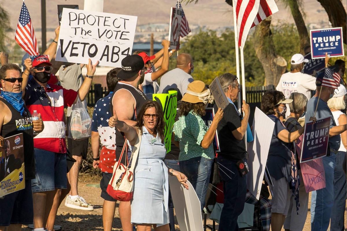 Manifestantes se reúnen fuera del edificio Grant Sawyer para expresar su oposición a la AB4, ...