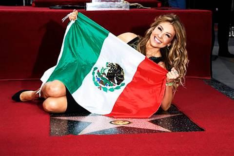 En esta foto de archivo, la artista mexicana Thalía posa con la bandera de México en su nueva ...