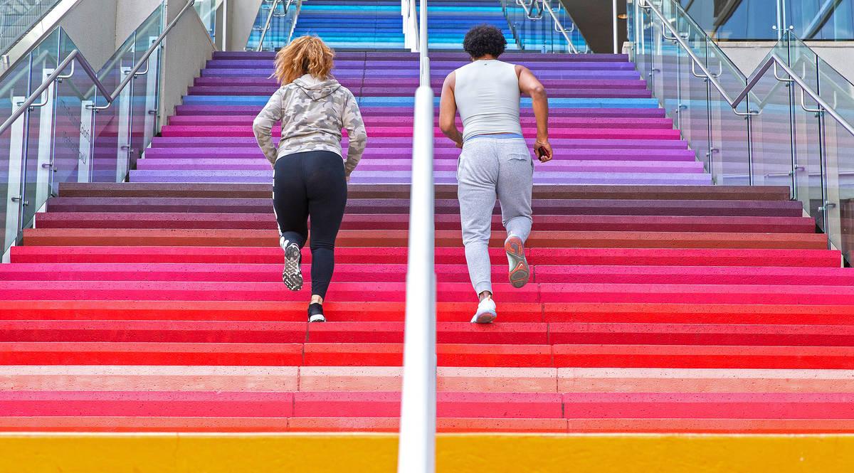 Jared Jenkins, a la derecha, y Kayla Muaina corren en las escaleras fuera del centro comercial ...
