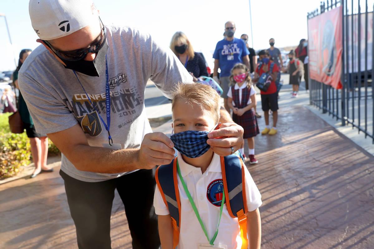 El estudiante de jardín de niños, Dominic Martin, de seis años, con su padre Jason Martin el ...