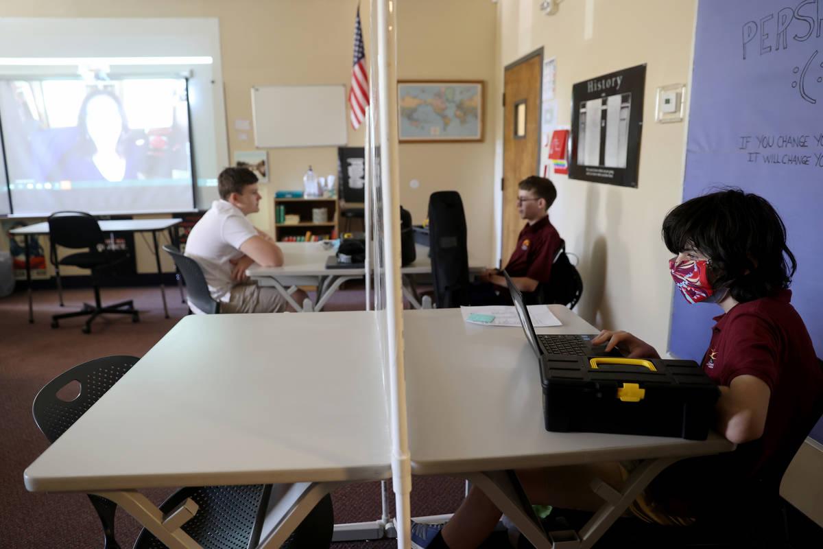 El estudiante de décimo grado, Jacob Braunstein, escucha a la profesora de literatura Sandy Mc ...