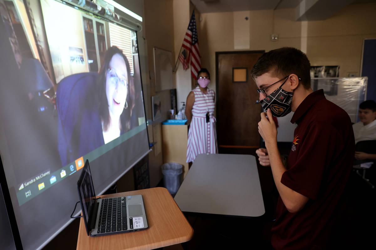El estudiante de noveno grado, Devon Politzer, se presenta ante la profesora de literatura Sand ...