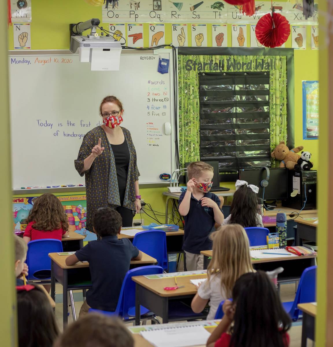 La directora del jardín de niños, Sheryl Davis-Haas, instruye a los estudiantes durante el pr ...