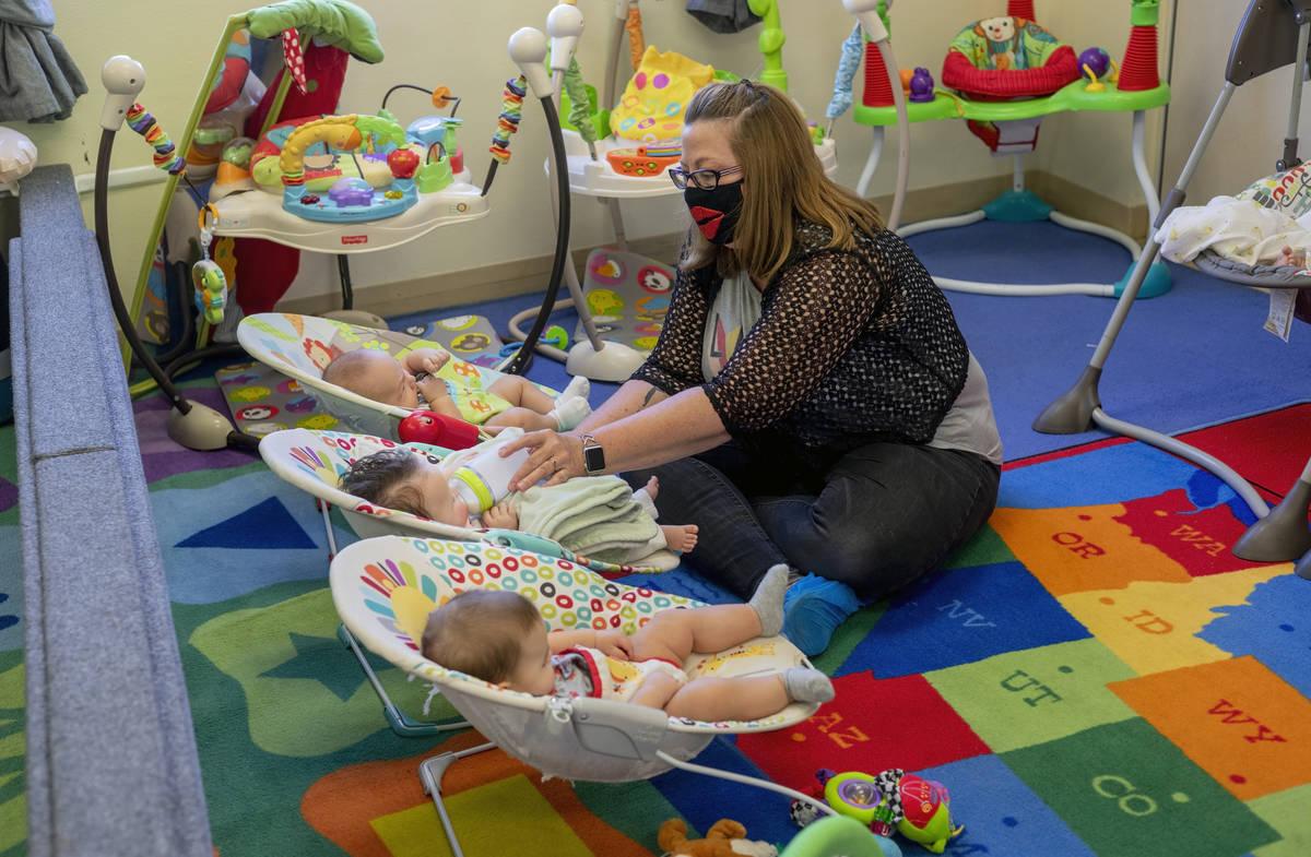 Marilyn Leyson alimenta a un bebé en la sala de recién nacidos durante el primer día de clas ...