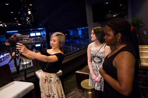 La cosplayer e influencer Stella Chuu, izquierda, graba un video con Giselle Colon, centro, y A ...