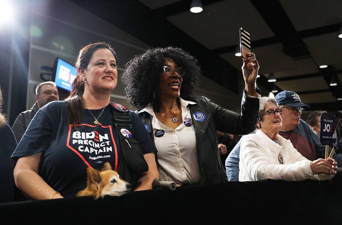 En esta foto de archivo, los partidarios del candidato presidencial Joe Biden apoyan durante un ...