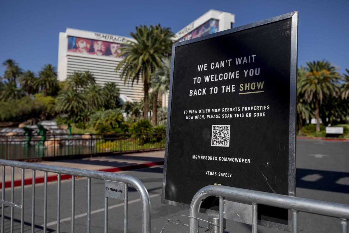 Un letrero bloquea la entrada al Mirage de Las Vegas el miércoles, 12 de agosto de 2020. (Eliz ...