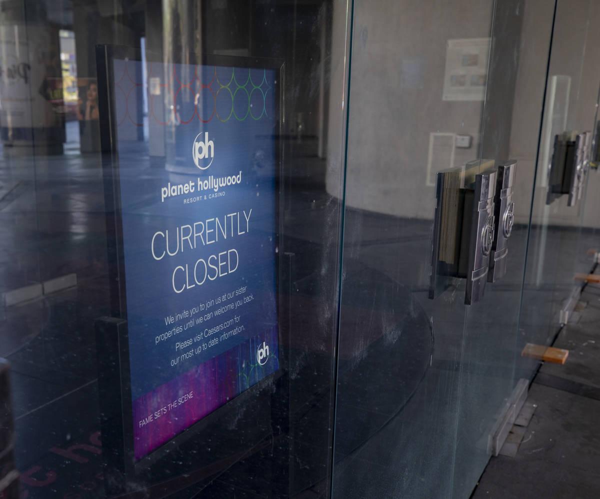 Un letrero que bloquea la entrada al Planet Hollywood de Las Vegas el miércoles, 12 de agosto ...