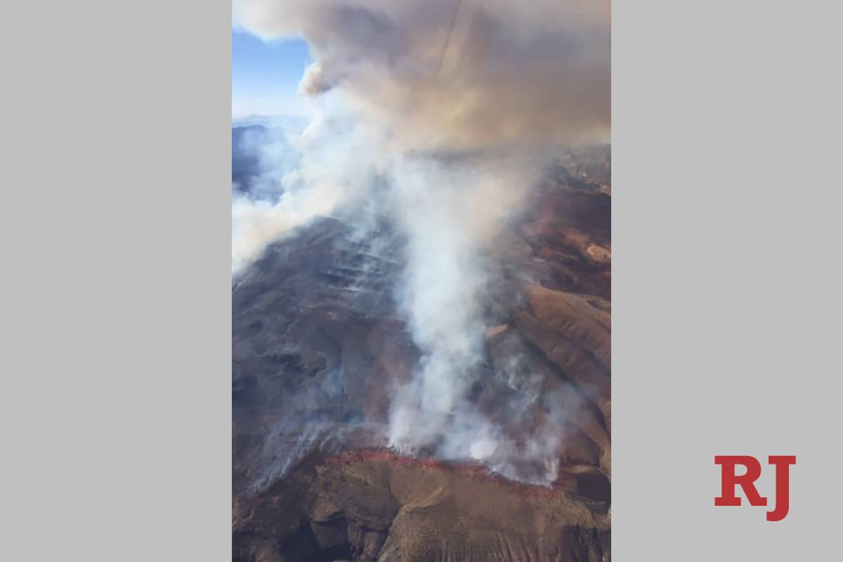 El Bishop Fire visto desde el mirador de la Montaña Ella en las Montañas Clover al sur de Cal ...
