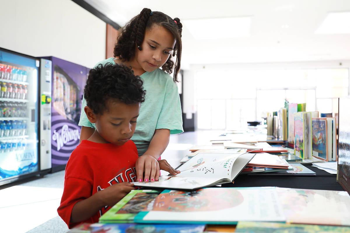En esta foto de archivo, Lynnea Lamb, de 11 años, ayuda a su hermano Deon, de 5 años, a leer ...