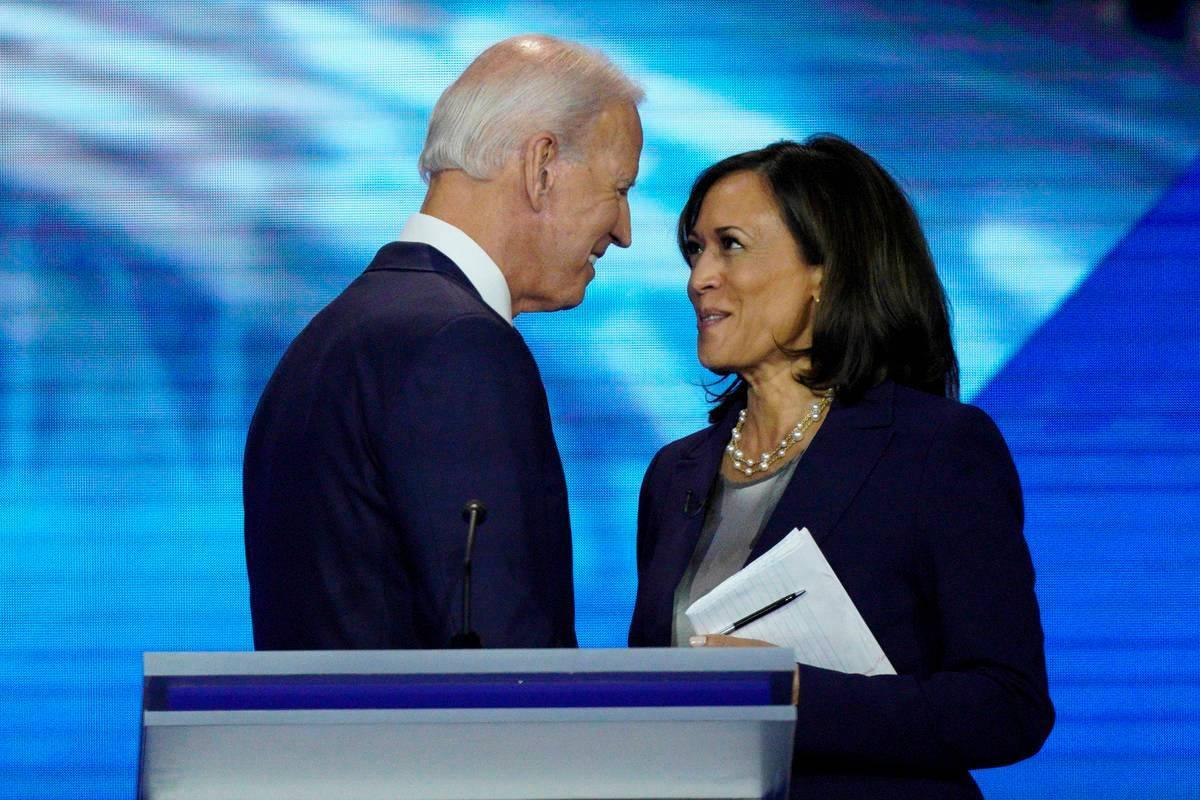 Esta foto de archivo, Joe Biden y la senadora Kamala Harris, demócrata por California, se dan ...