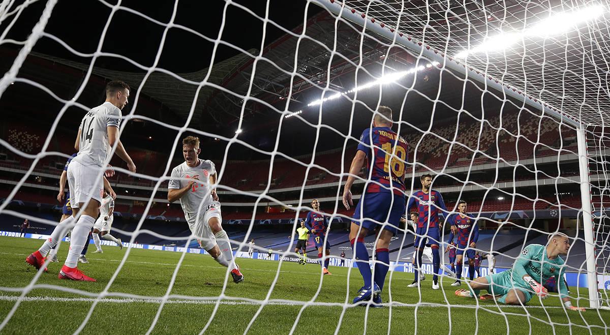 Joshua Kimmich del Bayern, segundo a la izquierda, celebra tras anotar un gol durante el partid ...