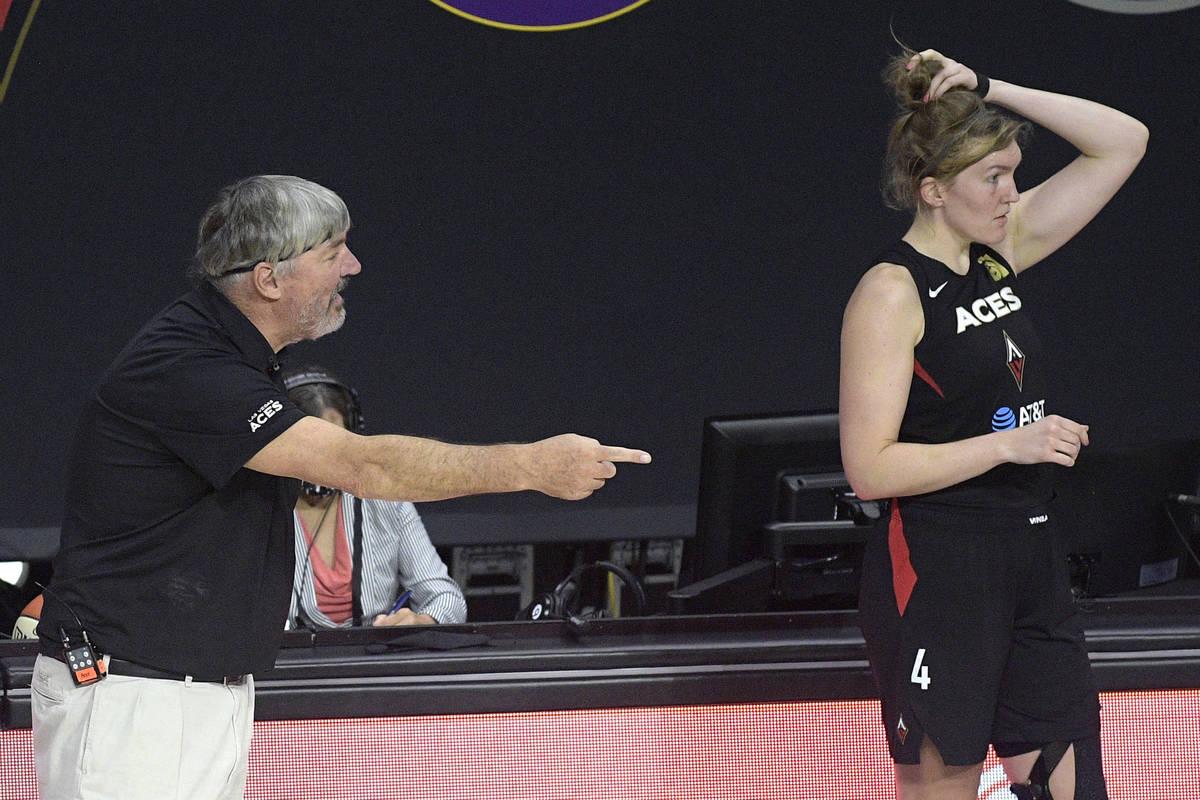 El entrenador de las Aces de Las Vegas, Bill Laimbeer, a la izquierda, argumenta una llamada de ...