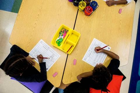 En esta foto de archivo, los estudiantes realizan su trabajo de ortografía en una clase de jar ...
