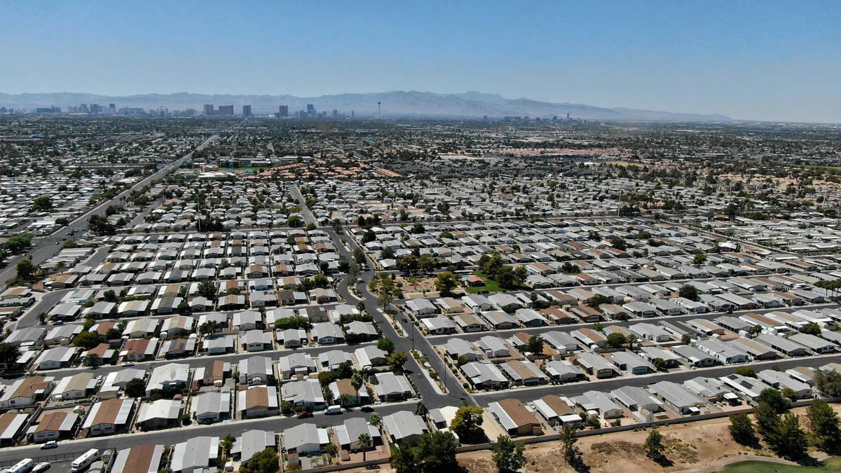 Una vista aérea de las viviendas manufacturadas cerca de East Desert Inn Road al este de Las V ...