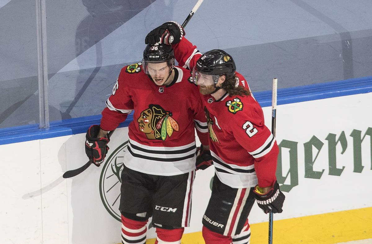 Matthew Highmore (36) y Duncan Keith (2) de los Chicago Blackhawks, celebran un gol durante el ...