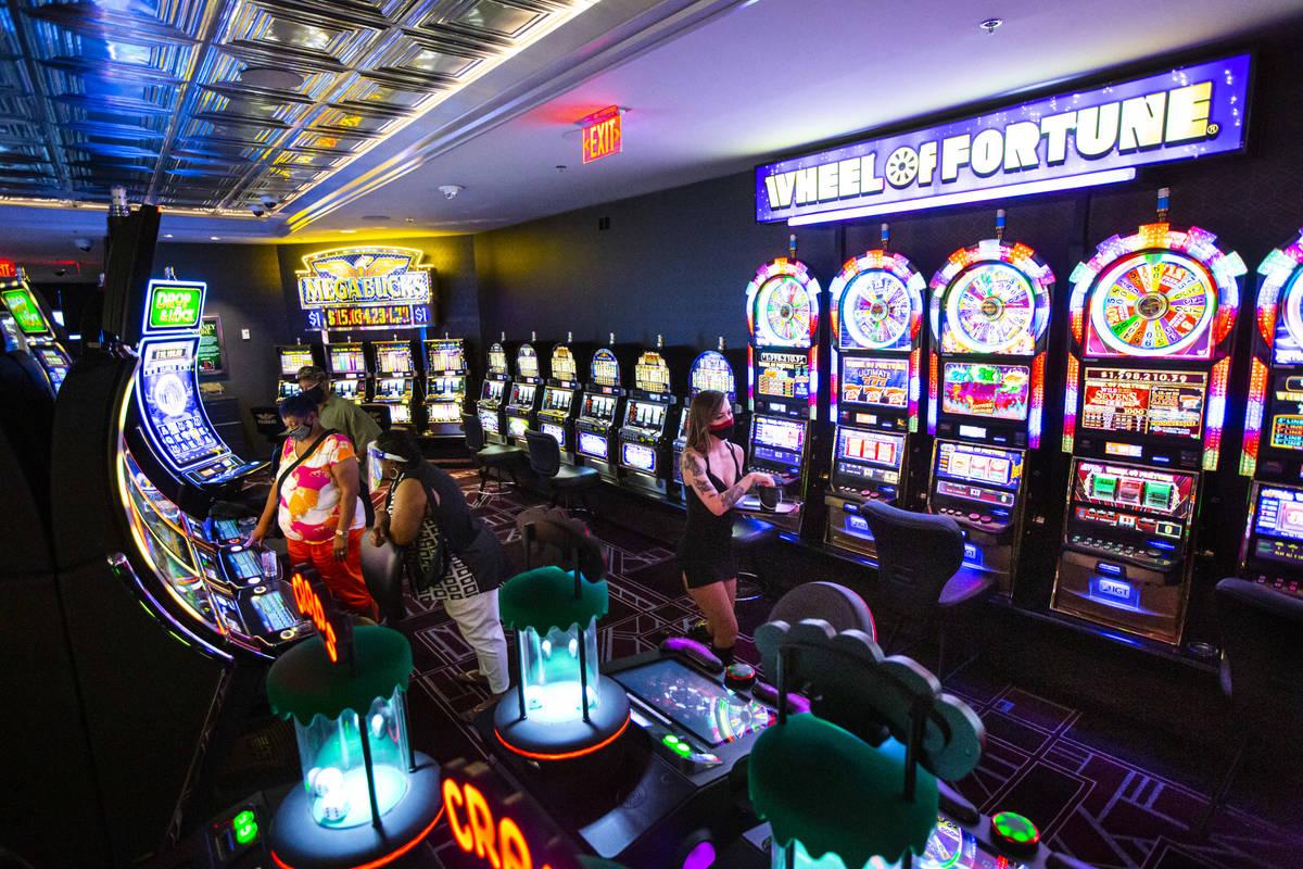 Una camarera de cócteles camina junto a las máquinas tragamonedas en The D Las Vegas el marte ...