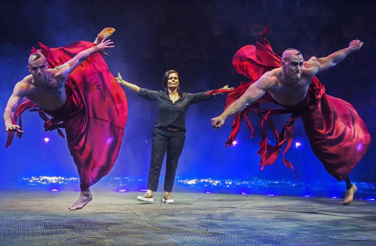 La coreógrafa residente Danita Eldridge, en medio, da la dirección a Reggie Morlen, a la izqu ...