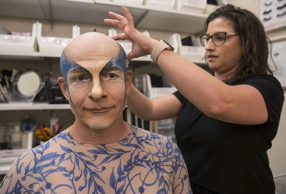 El artista y entrenador Didier Antoine, izquierda, es maquillado para interpretar el papel de M ...