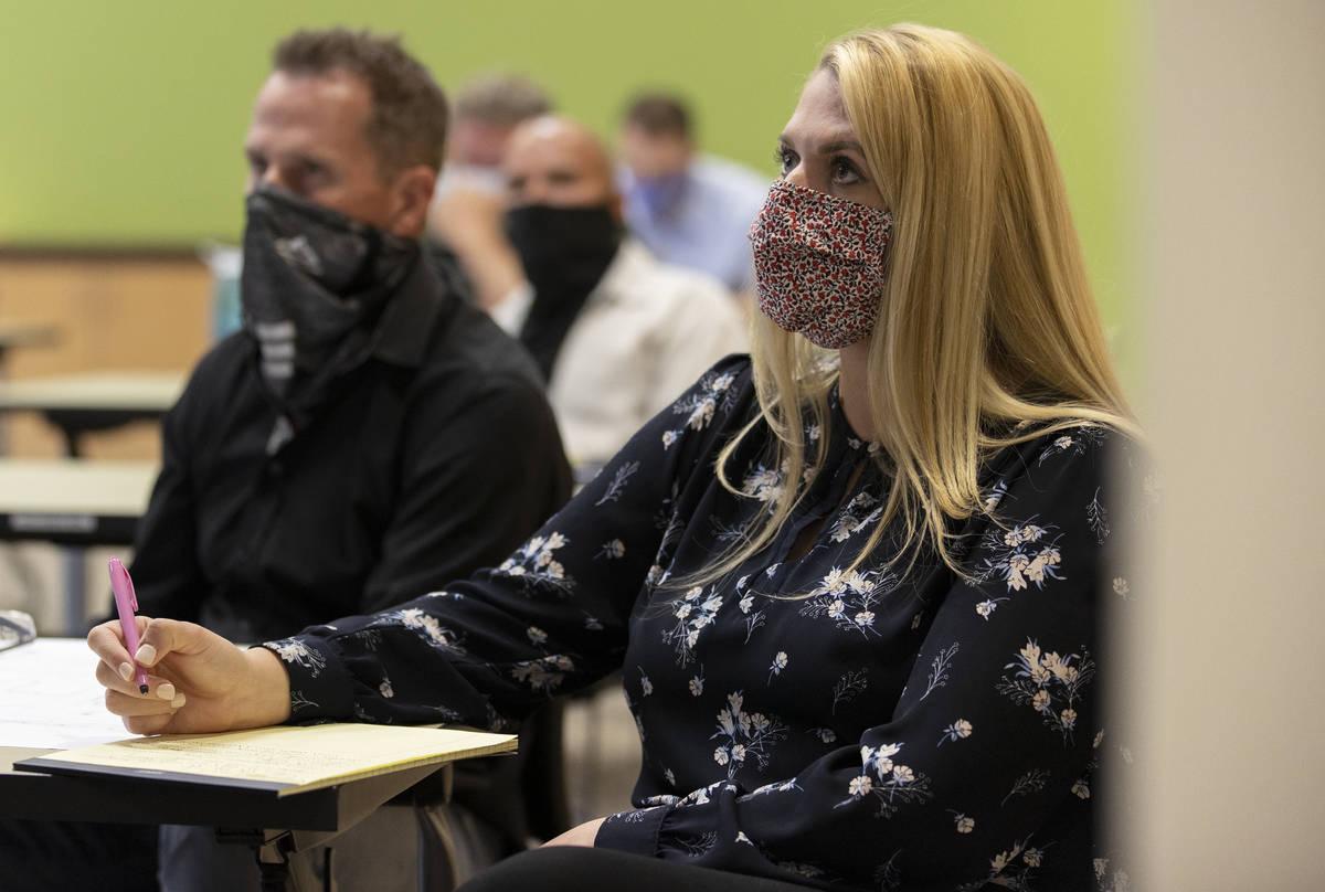 "Elisabeth Olson, asociada de Kaempfer Crowell, escucha a un orador durante una reunión ""Live & ..."