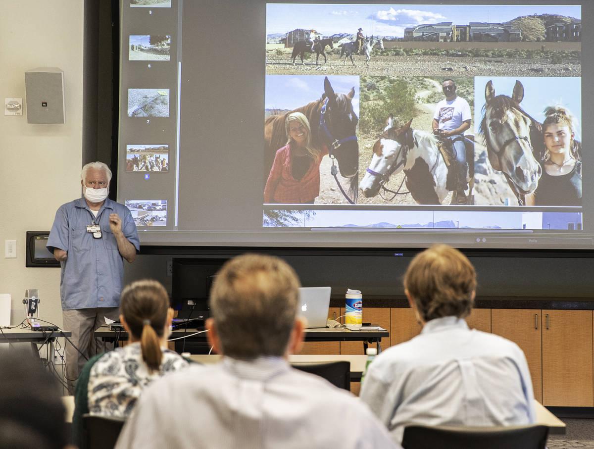 """Jeffrey Peters, arriba/izquierda, habla durante una reunión """"Live & On Line"""" de Concerned Citi ..."""