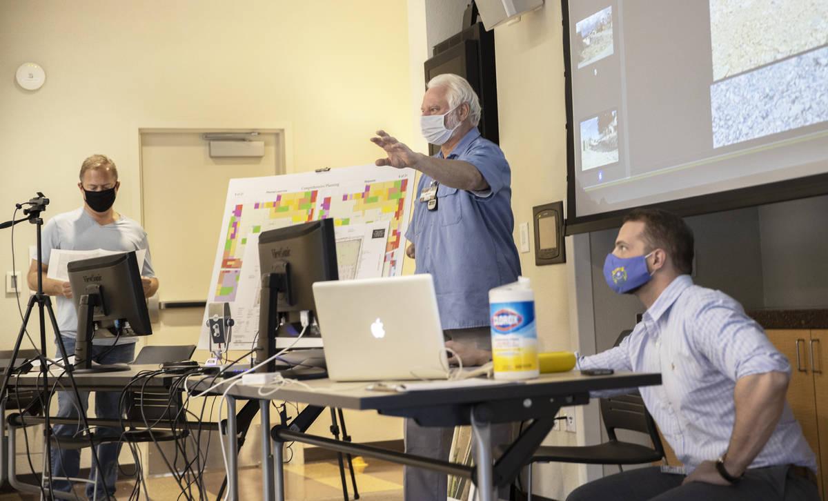 """Bob Gronauer, socio de Kaempfer Crowell, hace una presentación durante una reunión """"Live & On ..."""