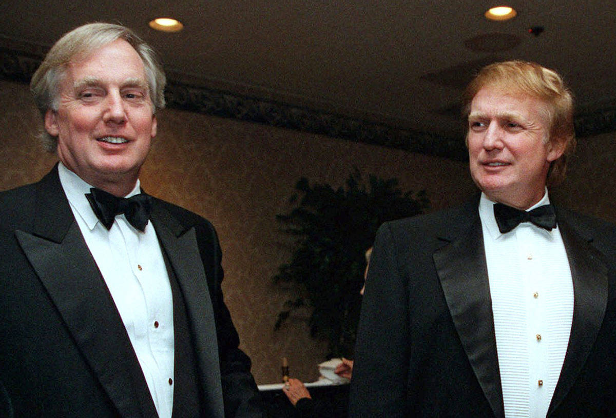 En esta fotografía de archivo del 3 de noviembre de 1999, Robert Trump, a la izquierda, se une ...