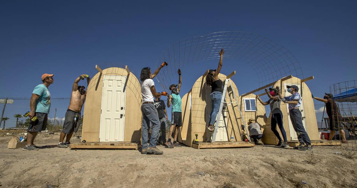 """Miembros de """"Food Not Bombs"""" y el """"Sidewalk Project"""" aseguran una cerca. (L.E. Baskow/Las Vegas ..."""